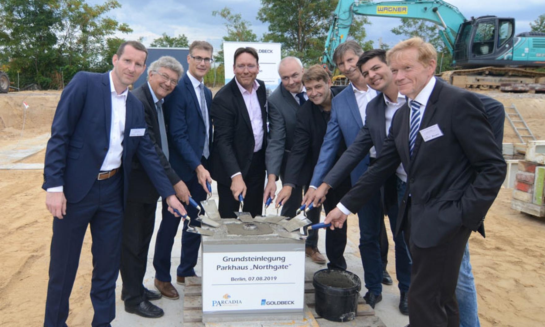 """ARCADIA Investment Group und Goldbeck Nordost GmbH feiern Grundsteinlegung für Parkhaus """"Northgate"""" am Flughafen BER in Berlin"""