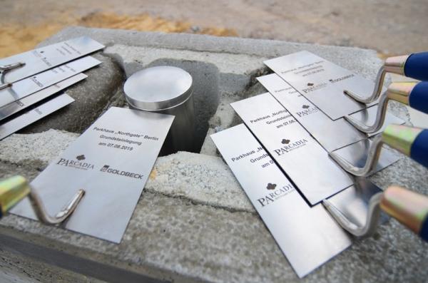 """Gravierte Maurerkellen zur Grundsteinlegung Parkhaus """"Northgate"""""""