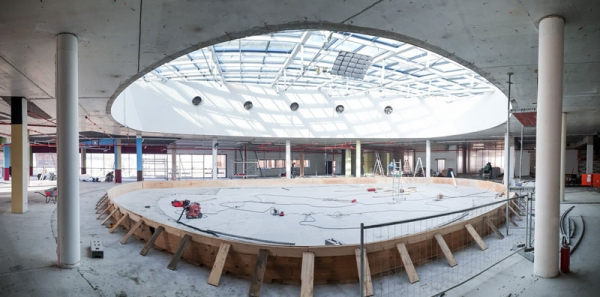 """Blick in die zukünftigen Geschäftsräume der DMS im zweiten Obergeschoss der """"Otto Dix Passage"""". Auf dem geschlossenen Deckenbereich entsteht eine mit Glasscheiben umstellte Grünfläche."""